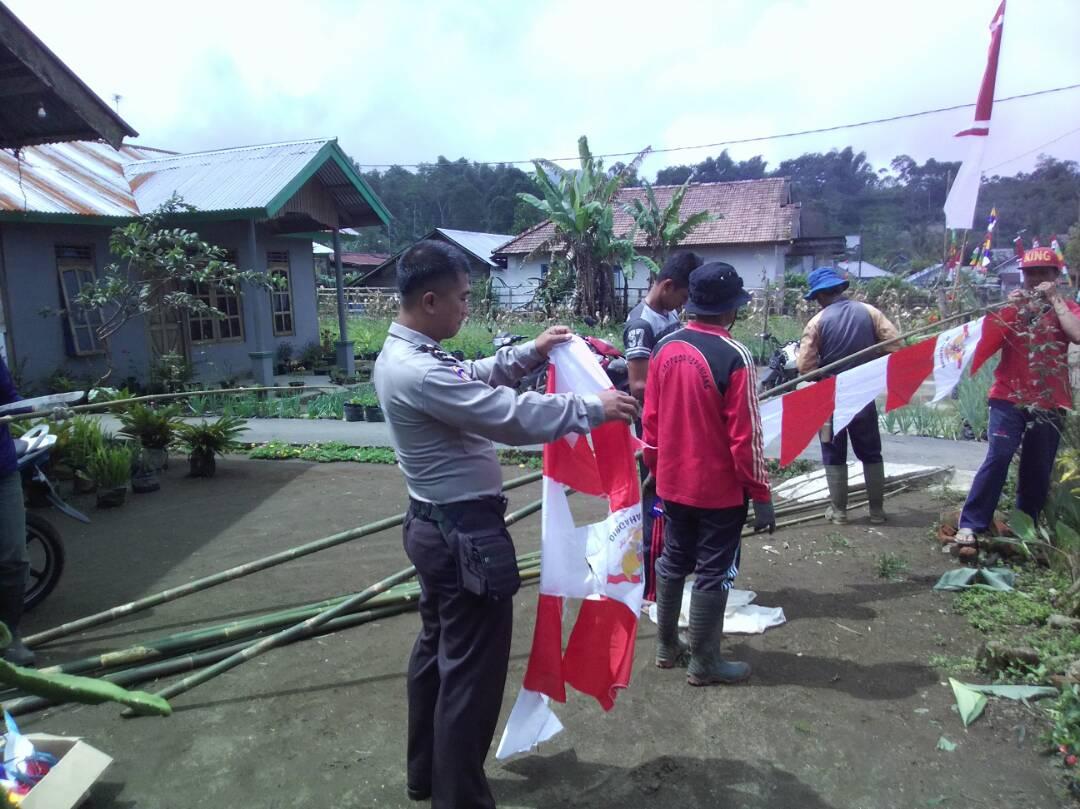 Bhabinkamtibmas Kabawetan Bantu Warganya Persiapkan Acara Lomba Desa