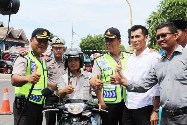 HUT Ke-61 Lalu Lintas Bagikan Helm Gratis Di Simpang Lima