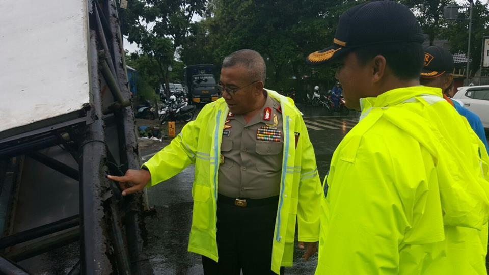 Badai Landa Bengkulu,Kapolda Pimpin Evakuasi Baliho tumbang