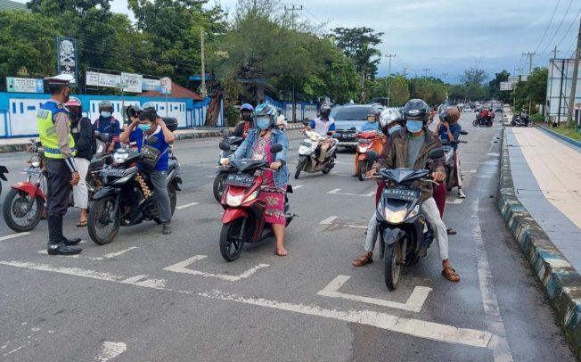 Dukung PPKM Mikro, Sat Lantas Polres Bengkulu Kembali Minta Pengendara Tetap di Stop Line