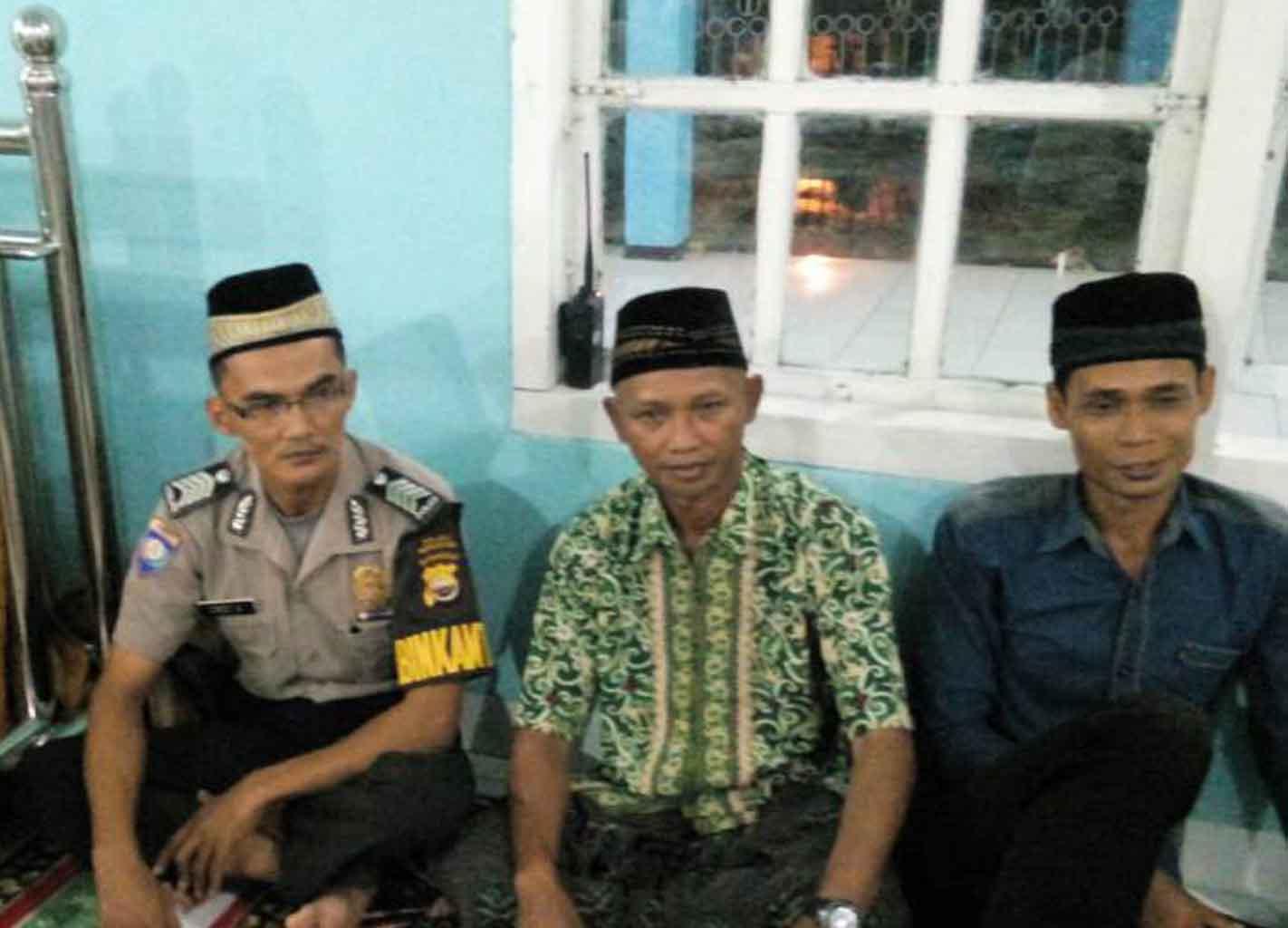 Bhabinkamtibmas Hadiri  Pengajian Nuzulul Qur'an di Desa Binaan
