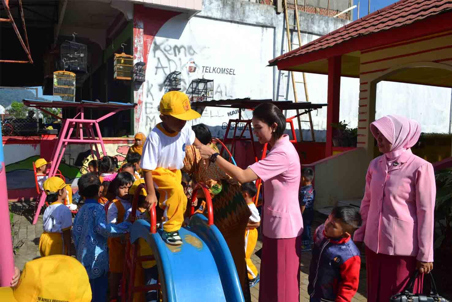 Tanamkan Kepedulian Sosial Pada Anak, Ketua Bhayangkari Cabang Kepahiang Kunjungi TK