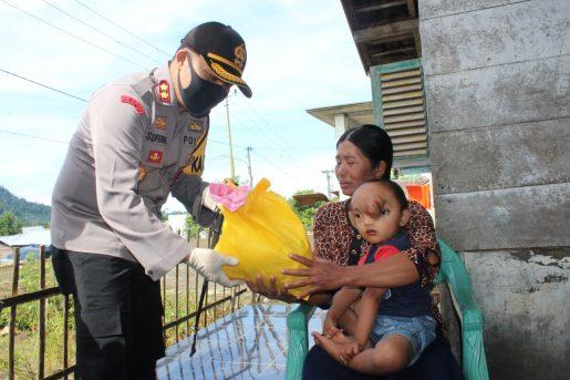 Peduli Masyarakat Terdampak Covid – 19, Kapolres Kepahiang Bagikan Bantuan Paket Sembako