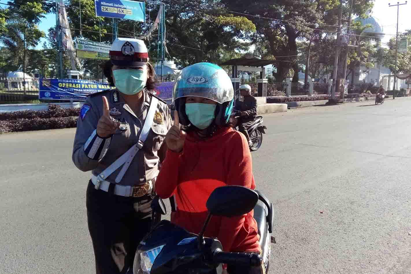 Jalan Berdebu, Polantas Kepahiang Bagikan Masker Gratis