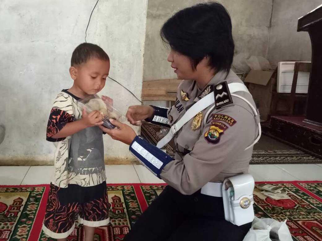 Berkah Ramadhan, Polwan Kepahiang Bagikan Takjil Kepada Anak Pesantren