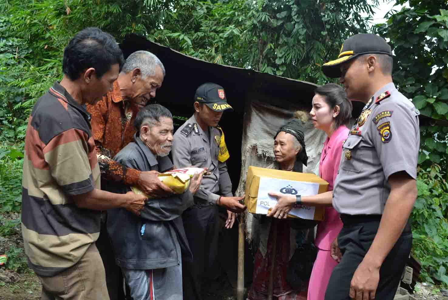 Peduli Terhadap Warganya, Kapolres Kepahiang Berikan Bantuan Kepada Kakek Bute