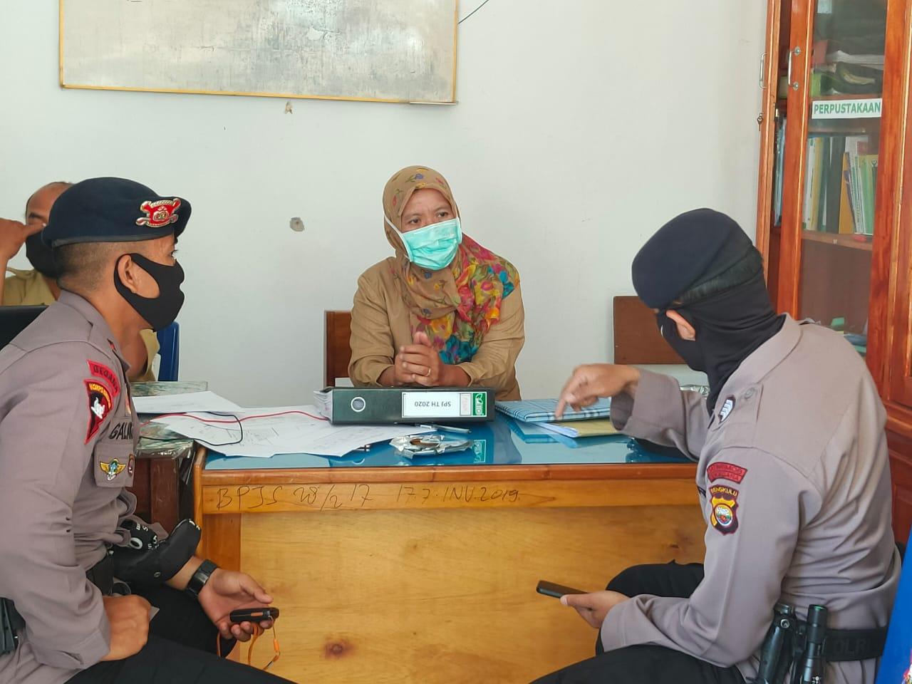 Personil KBR Gegana Satbrimobda Polda Bengkulu Lakukan Pendataan dan Zonasi Covid-19 di Lingkar Barat