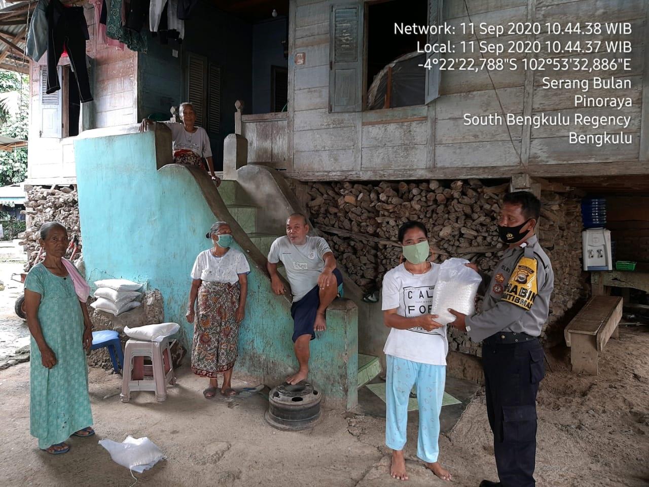 Bantu Warga Ditengah Pandemi, Polres BS Salurkan 20 Karung Beras