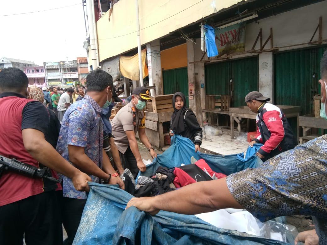 Kapolres Bengkulu Bantu Pedagang PTM Evakuasi Barang