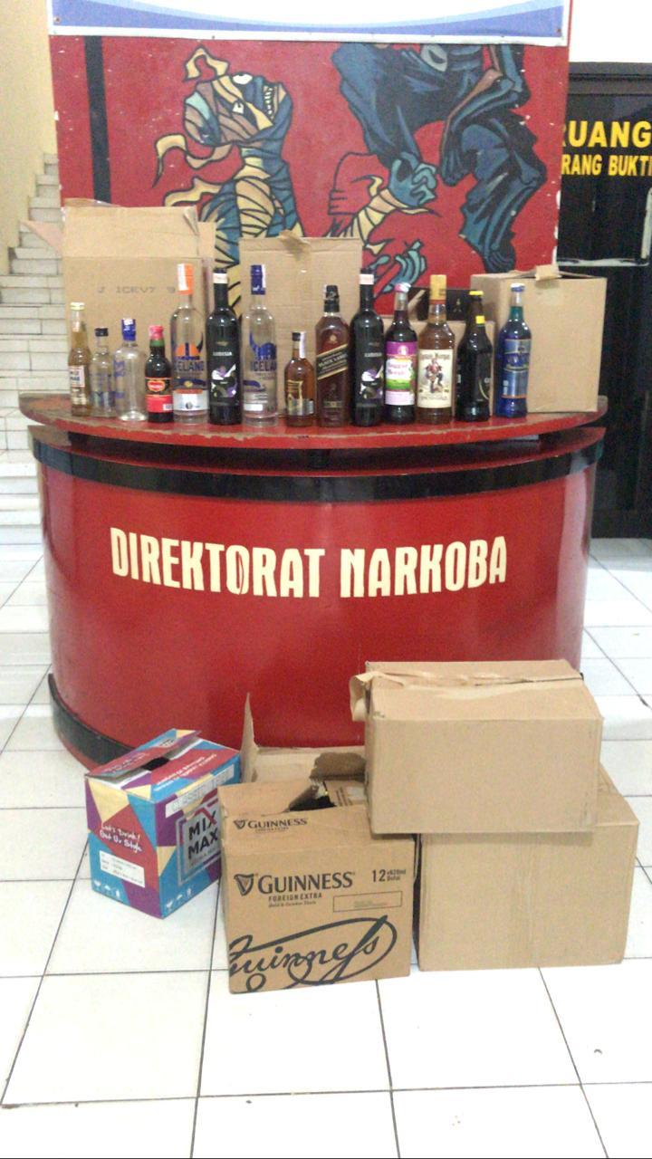 Direktorat Narkoba Polda Bengkulu Sita Ratusan Botol Miras Dan Ratusan Liter Tuak