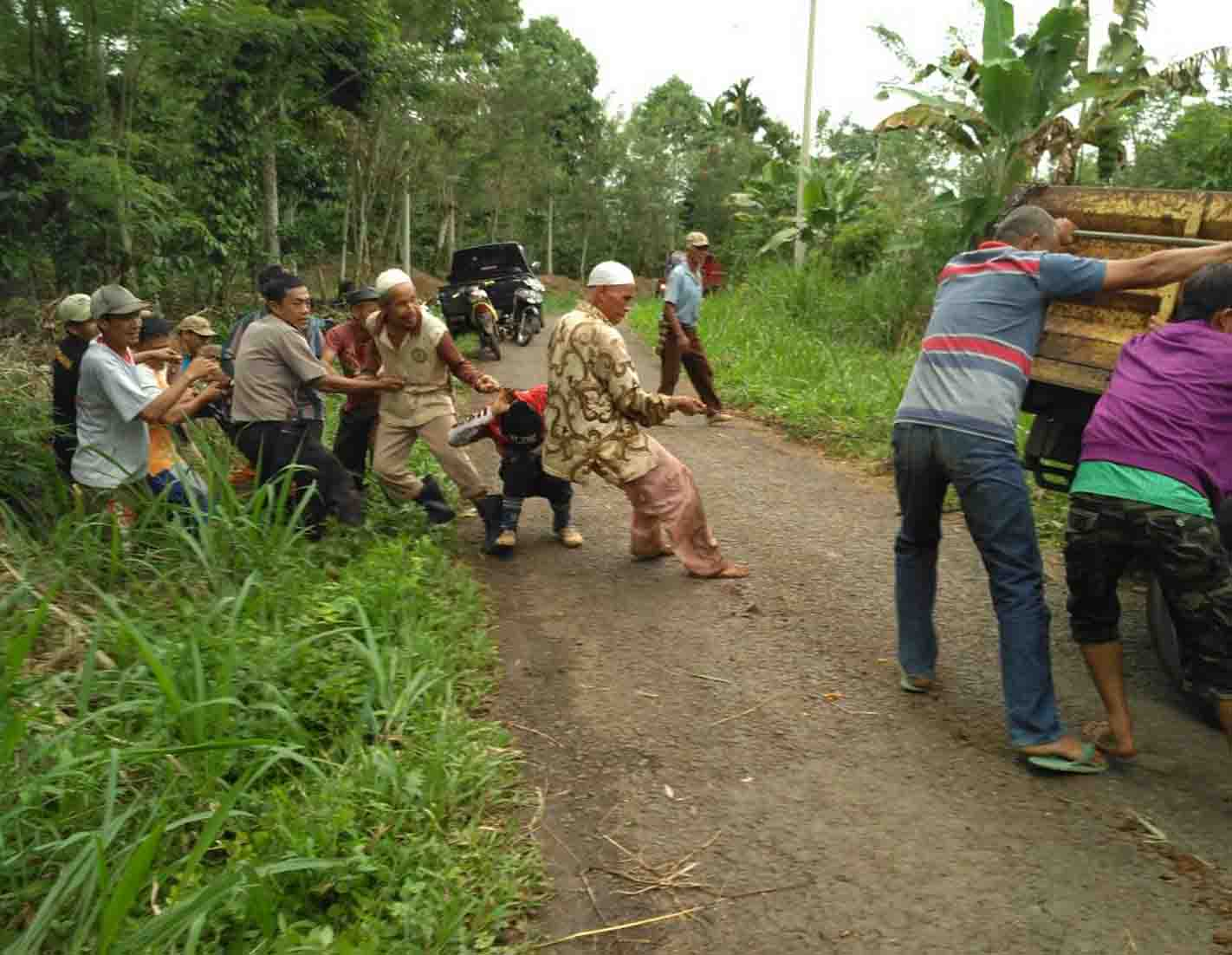 Truk Bermuatan Pasir Terperosok, Polisi dan Warga Bantu Evakuasi