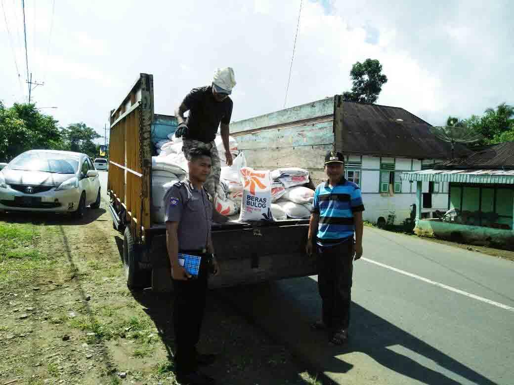 Bhabinkamtibmas Polsek Tebat Karai Kawal Pendistribusian Raskin Di Desa Binaan