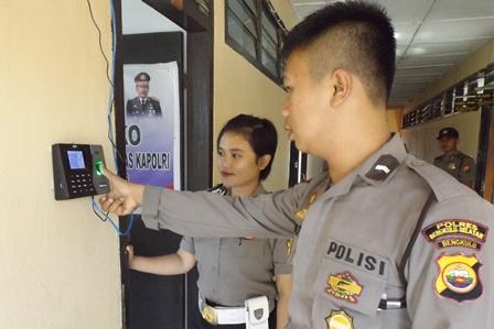 Cegah Anggota Malas, Polres Absen Sidik Jari