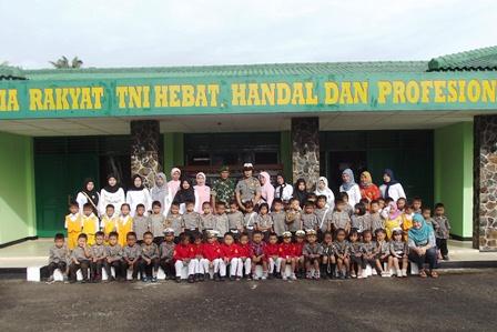 Anak TK Bhayangkari Kunjungi Markas Kodim Bersama Pengurus YKB