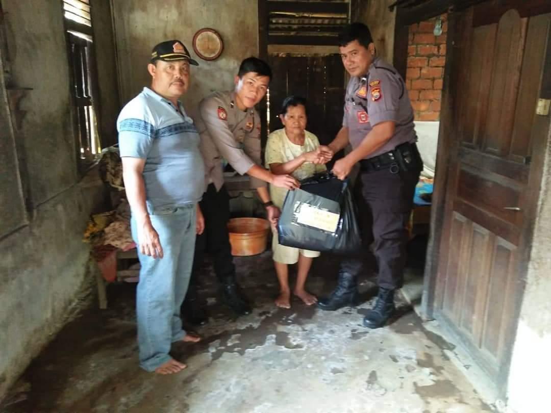 Patroli, Anggota Sabhara Polres Seluma Salurkan Bantuan Hasil Program Seribu Berbagi