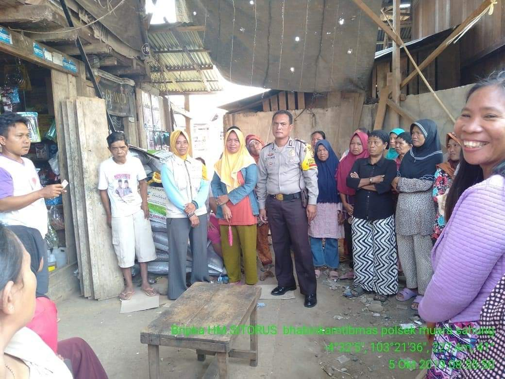 Monitoring PKH, Bhabinkamtibmas Sampaikan Binluh