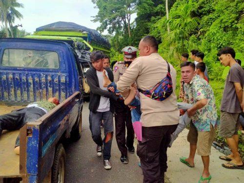 Polsek Nasal Evakuasi Mobil dan Korban Tabrakan Maut Fuso Vs CRV di Nasal