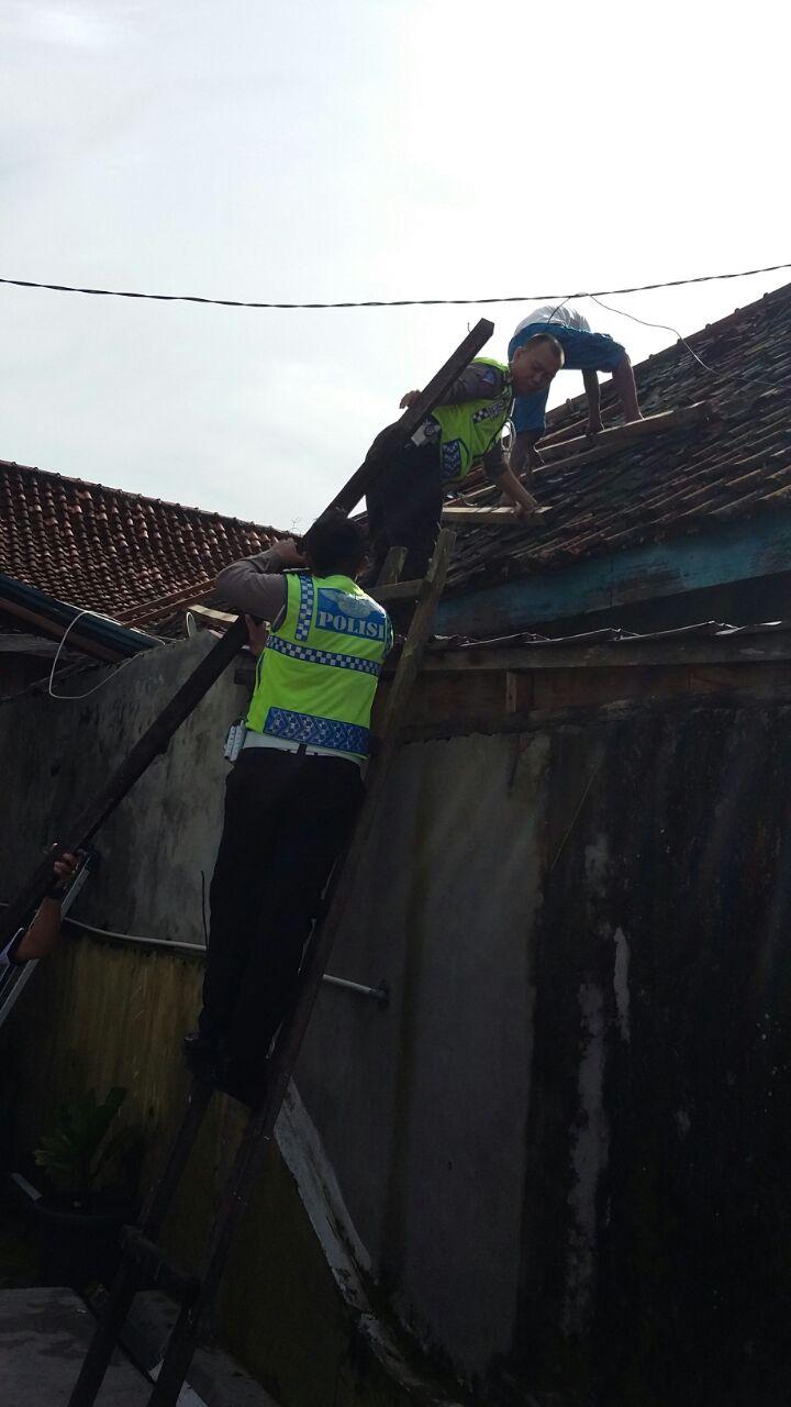 Polisi Gotong Royong Bantu Warga
