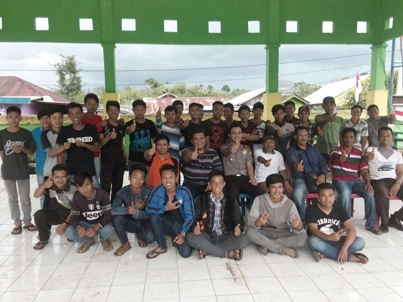Kapolsek Kepahiang dan Bhabinkamtibmas Melakukan Mediasi dan Problem Solving Perkelahian Antar Pemuda Dalam Pertandingan Futsal HUT RI ke-71