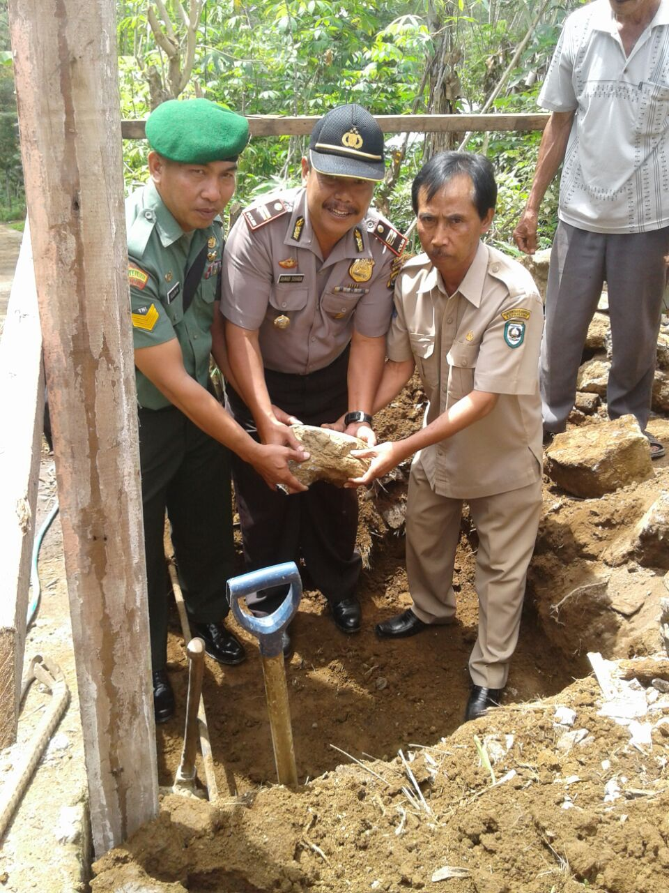 Wujudkan Partisipasi Program Pembangunan, Kapolsek Tebat Karai Laksanakan Peletakan Batu Pertama