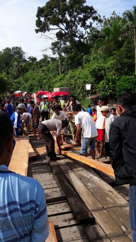 Polisi Bersama Warga Bangun Jembatan Rusak