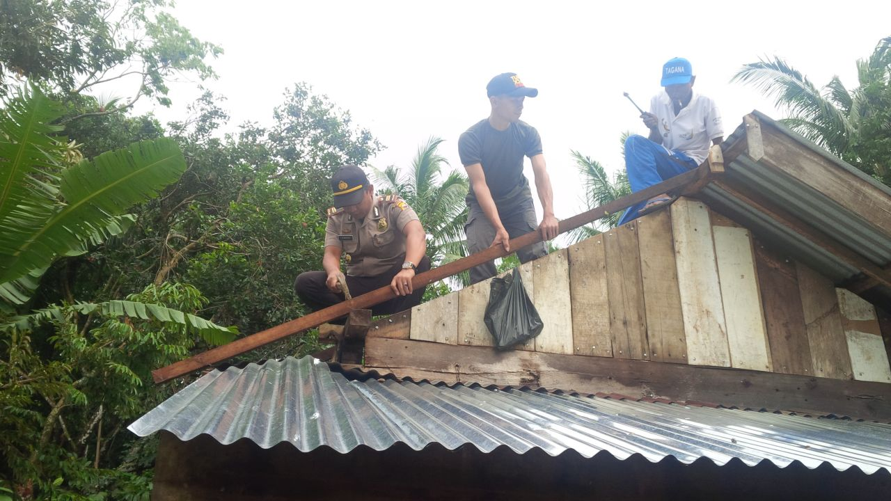 Di terjang Badai, Kapolsek Padang Jaya Bantu Perbaiki Rumah Warga
