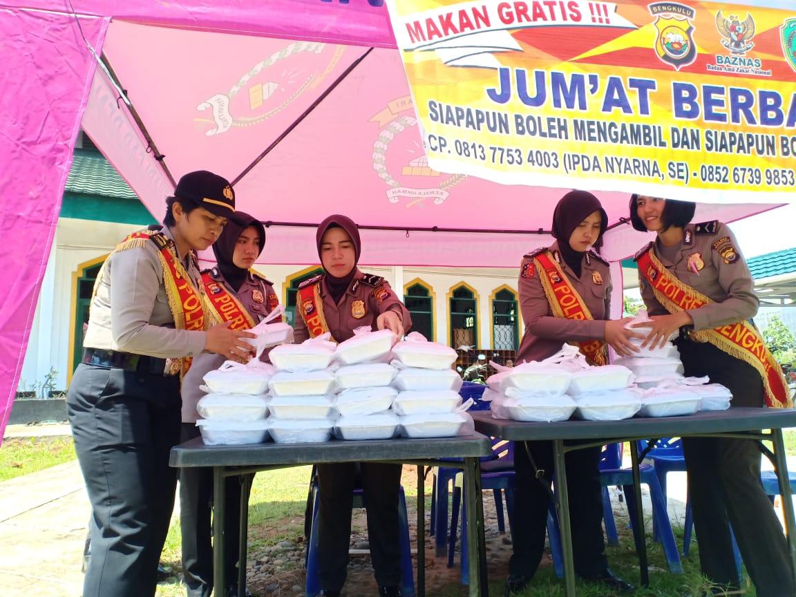 Jumat Berbagi, Polwan dan Bhayangkari Polres Bengkulu Bagikan Nasi Kotak