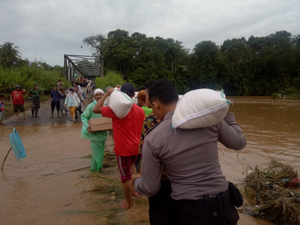 Polres Kepahiang Bantu Evakuasi Korban Banjir
