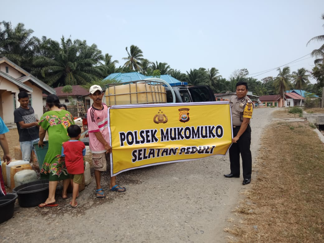 Polri Peduli, Polsek Mukomuko Selatan Salurkan Air Bersih