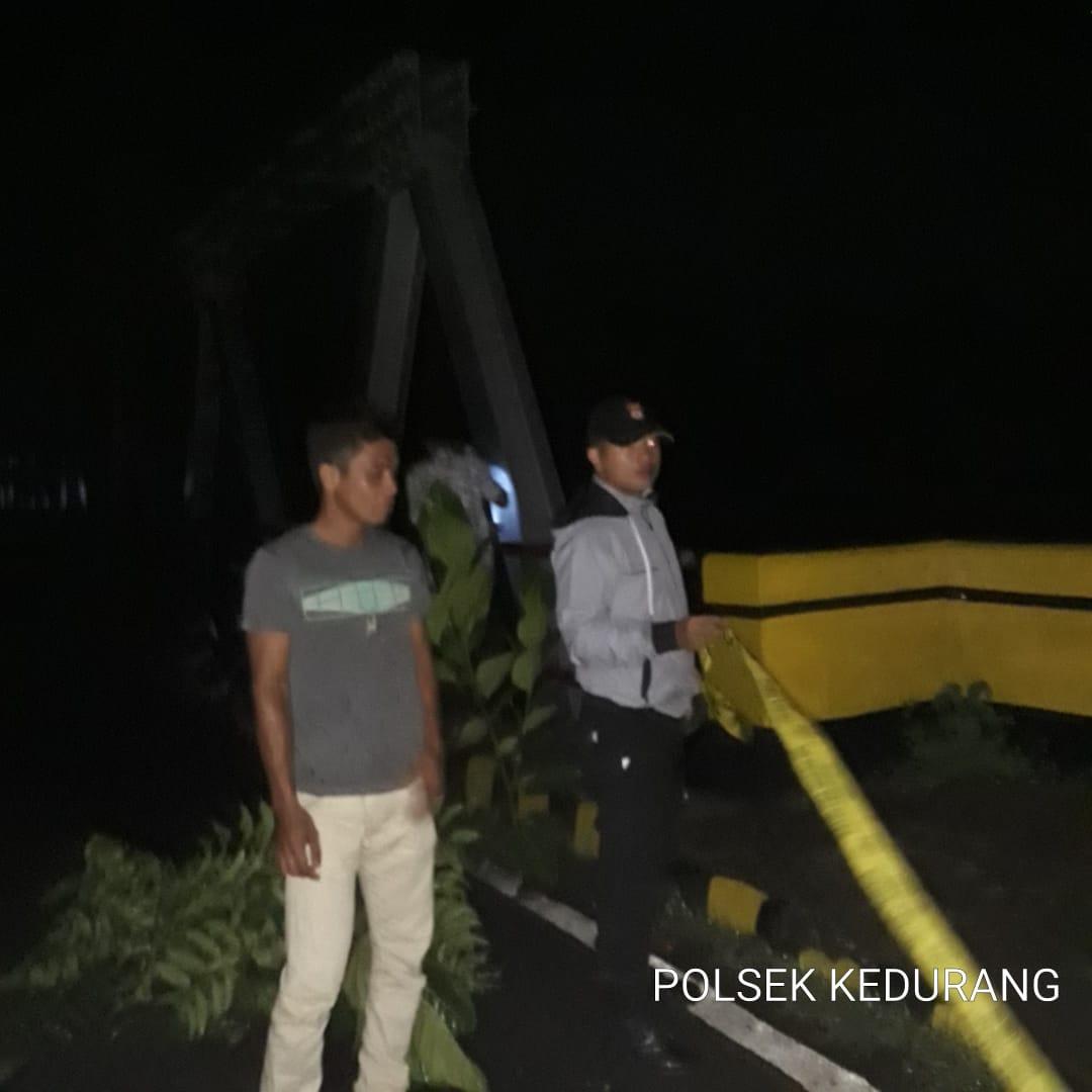 Pangkal Jembatan Kedurang Amblas, Anggota Polsek Pasang Garis Polisi