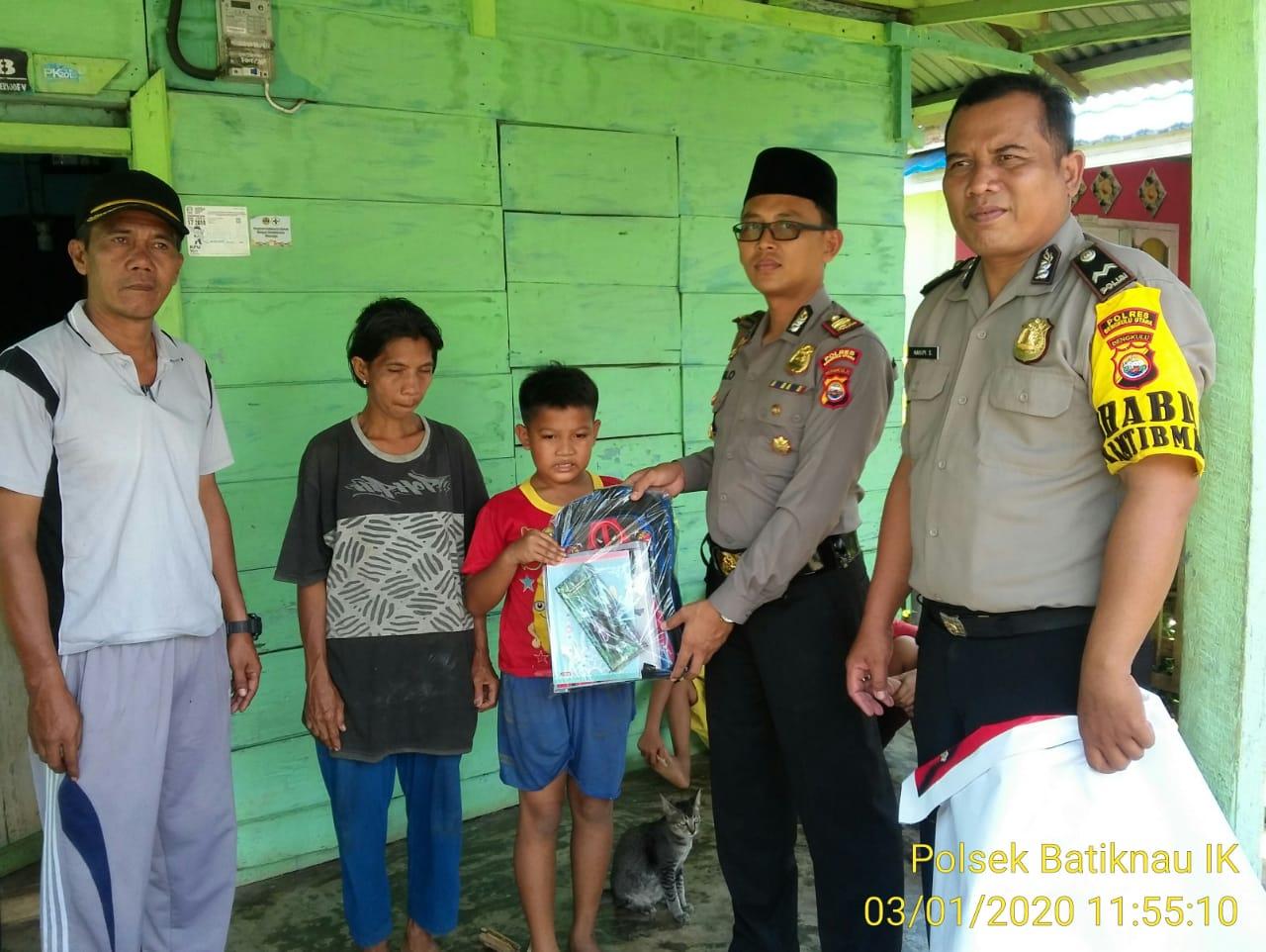Peduli Anak Yatim, Kapolsek Batiknau Bantu Peralatan Sekolah