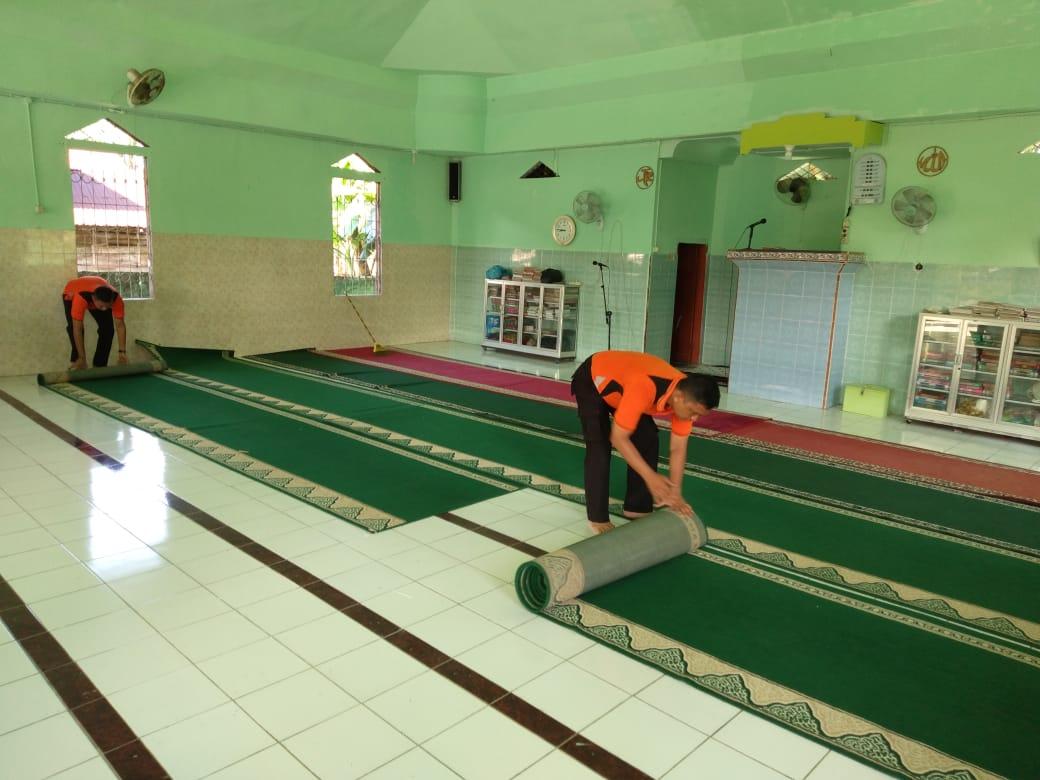 Semangat Gotong Royong, Polsek SAM Bersihkan Masjid Al Hidayah Desa Karang Anyar