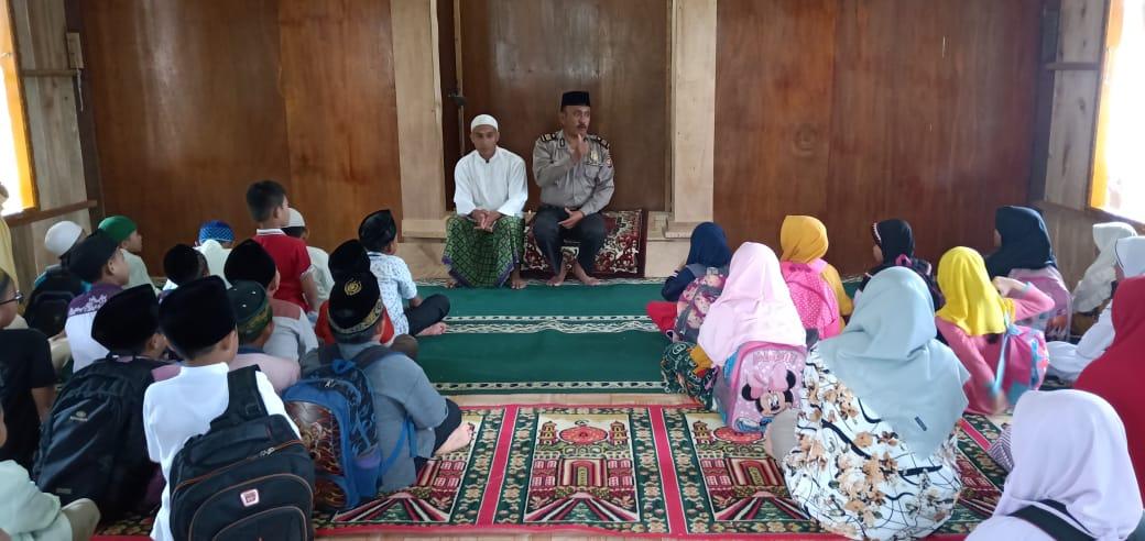 Mengajar di Pesantren, Kabag Sumda Polres Lebong Tanamkan Rasa Cinta Tanah Air