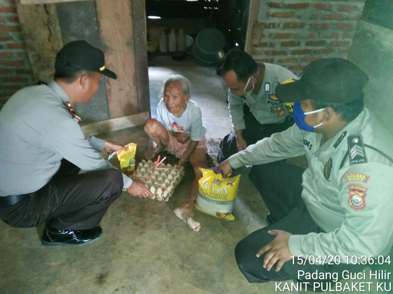 Bantu Warga Ditengah Pandemi Covid 19, Polsek Kaur Utara Bagikan Sembako