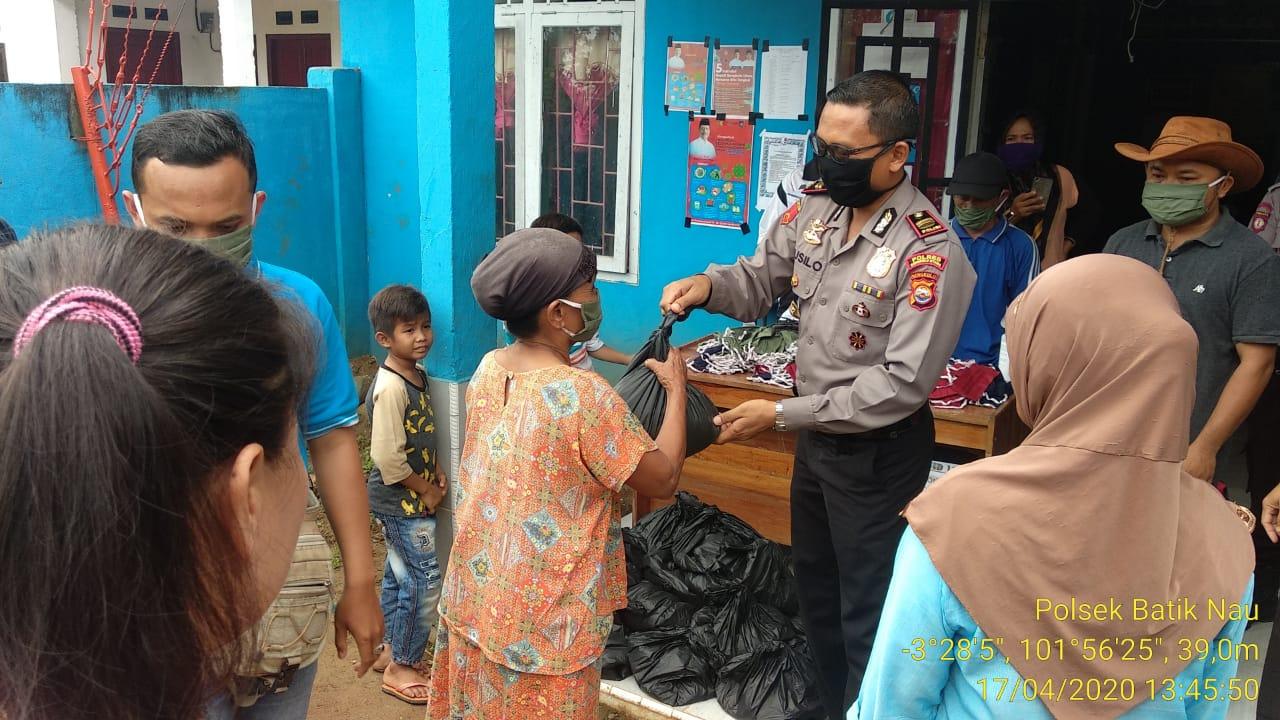 Bantu Warga Terdampak Covid-19, Polsek Batik Nau Bagikan Paket Sembako dan Masker