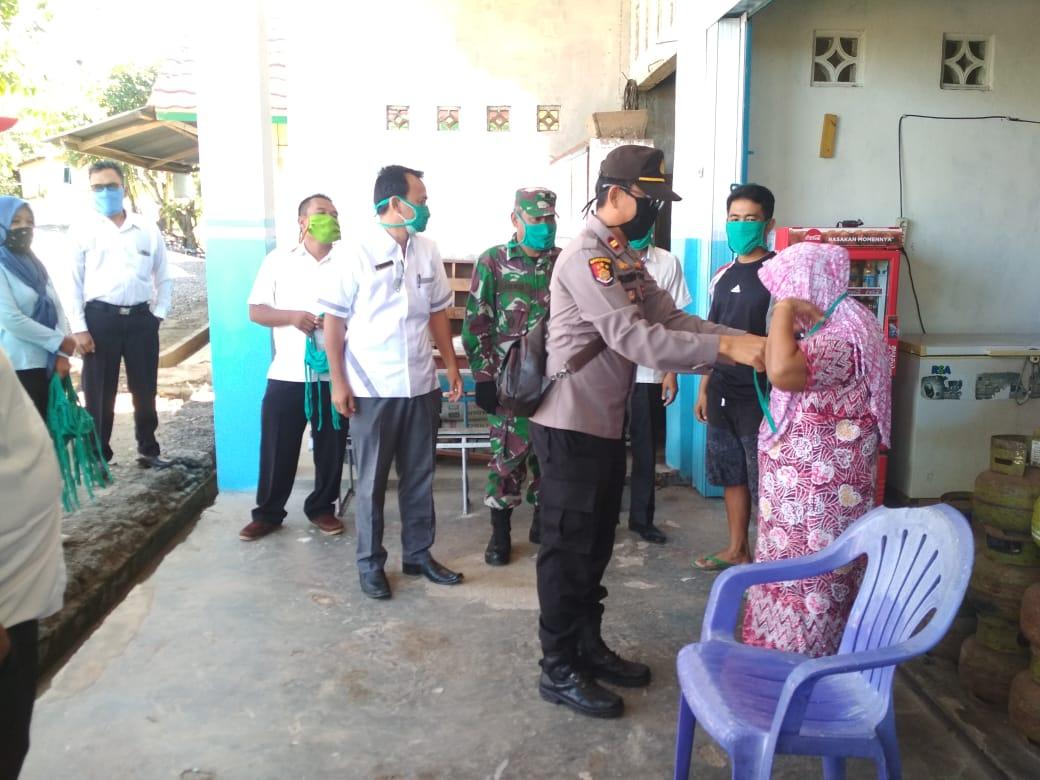 Lawan Covid-19, Tripika Batiknau Bersama Kepala Desa Bagikan Masker dan Semprotkan Cairan Desinfektan