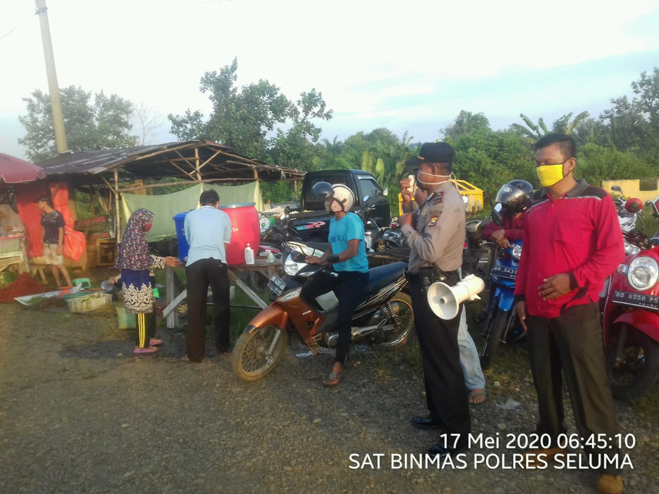 Binluh di Pasar Sembayat, Binmas Polres Seluma Bagikan Masker