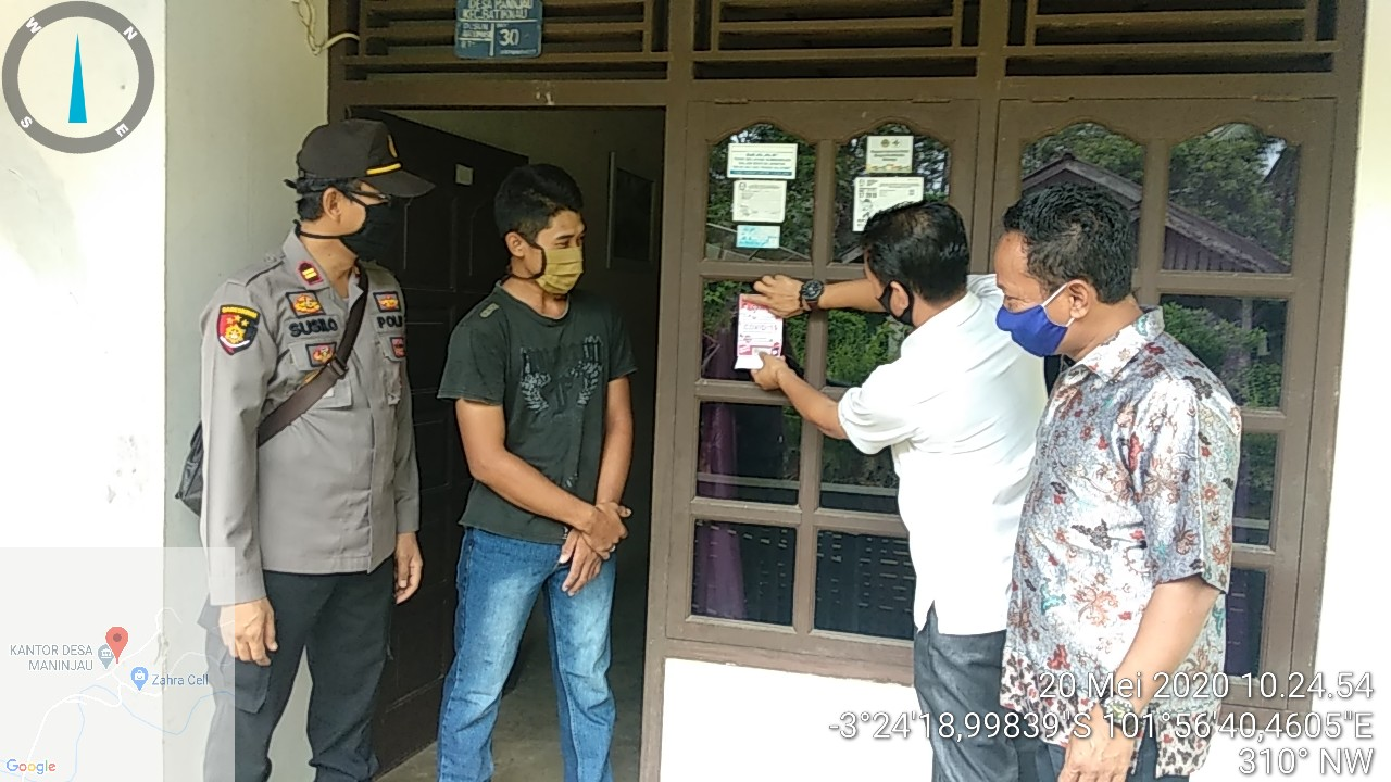 Camat dan Kapolsek Batiknau Bersama Kepala Desa Maninjau Bagikan Masker dan Tempelkan Stiker Sosialisasi Pencegahan Covid-19