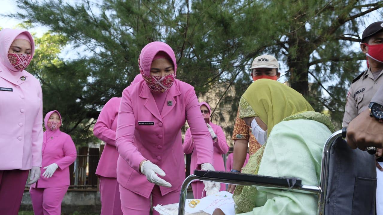 Masih Dalam Rangka Hari Bhayangkara Ke-74, Ketua Bhayangkari dan Polda Bengkulu Bagikan Sembako Kepada Masyarakat Kampung Nelayan Malabero
