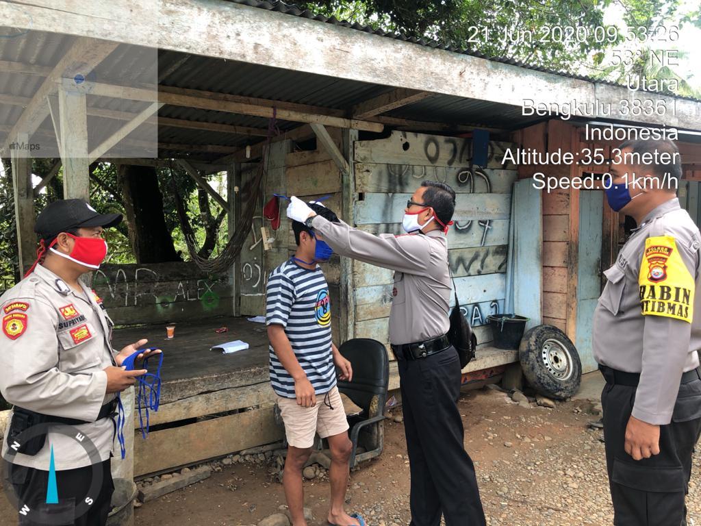 Tingkatkan Kepedulian, Polsek Batik Nau Polda Bengkulu Bagikan Masker dan Beras