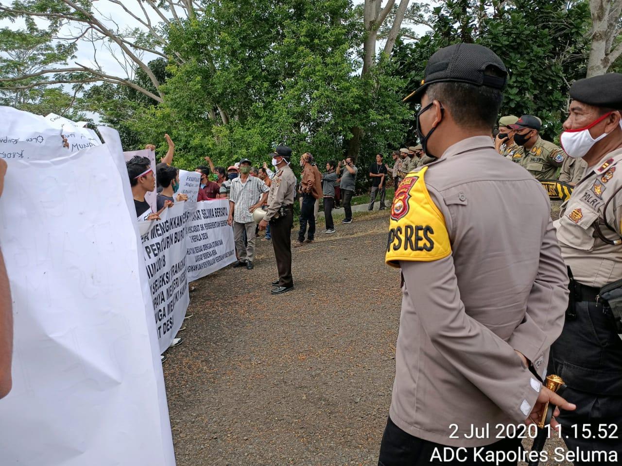 Polres Seluma Polda Bengkulu Amankan Unras Masyarakat Minta Aktifkan Kembali Kades di Seluma