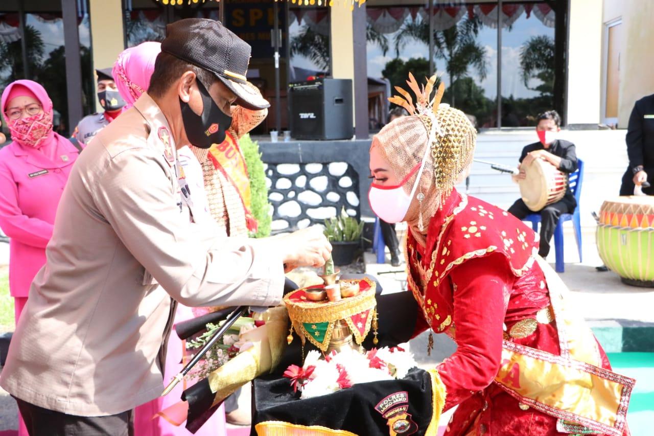 Sambut Kunker Kapolda Bengkulu, Polres Mukomuko Gelar Tarian Sekapur Sirih