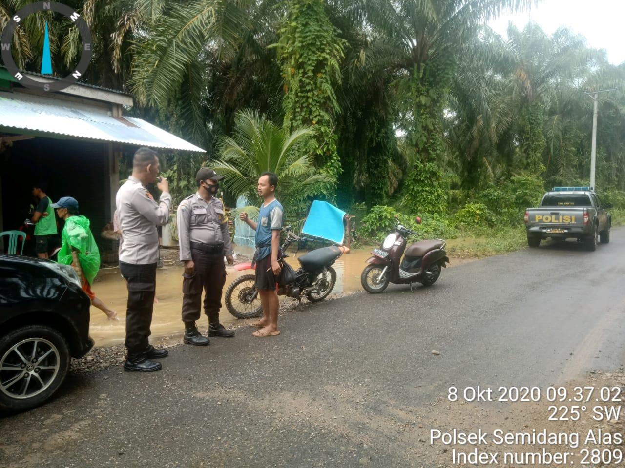 Patroli Cek Rumah Warga Terkena Banjir, Polsek Semidang Alas Ingatkan Masyarakat Tetap Waspada