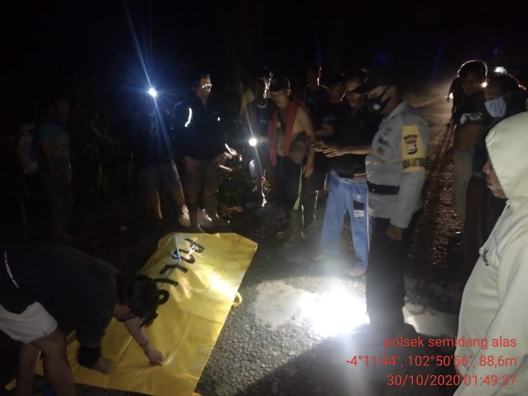 Bersama Warga, Polres Seluma Evakuasi Temuan Jenazah di Pondok Kebun