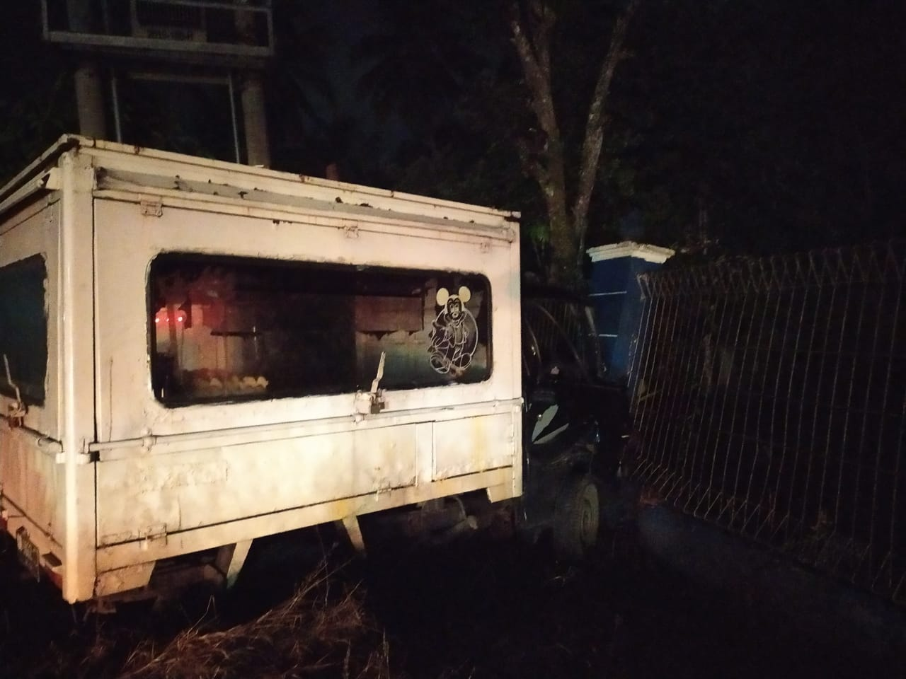 Alami Kerusakan, Mobil Pick Up Tabrak 2 Motor dan Pagar