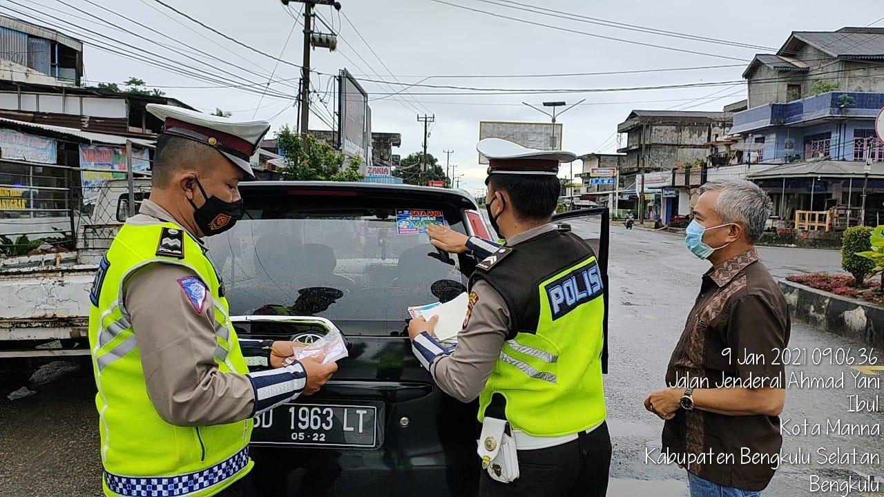 Pencegahan Covid-19, Polres Bengkulu Selatan Gelar Pembagian Masker dan Stiker Prokes