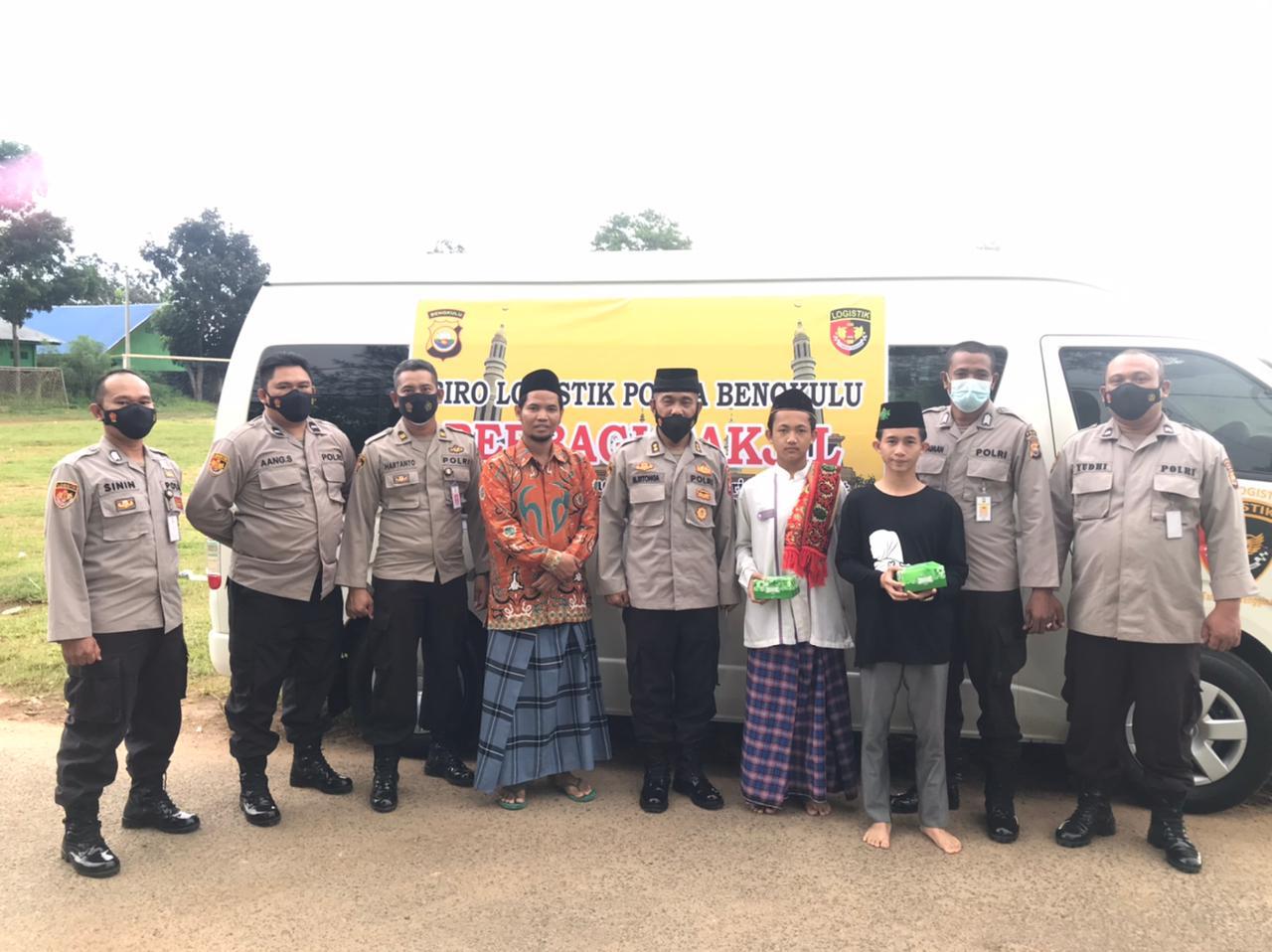 Peduli Sesama di Bulan Ramadhan, Polda Bengkulu Bagikan 110 Takjil