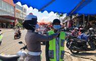 Himbau Prokes, Satgas Ops Ketupat Bagi Masker di Pasar Minggu