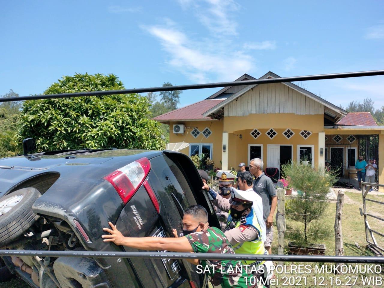 Laka Tunggal di Jalinbar Mukomuko, TNI-Polri dan Warga Bahu-Membahu Evakuasi Inova