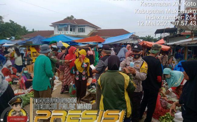Himbau Prokes di Pasar Mingguan, Tiga Pilar Desa Bagikan Masker dan Sediakan Tempat Cuci Tangan